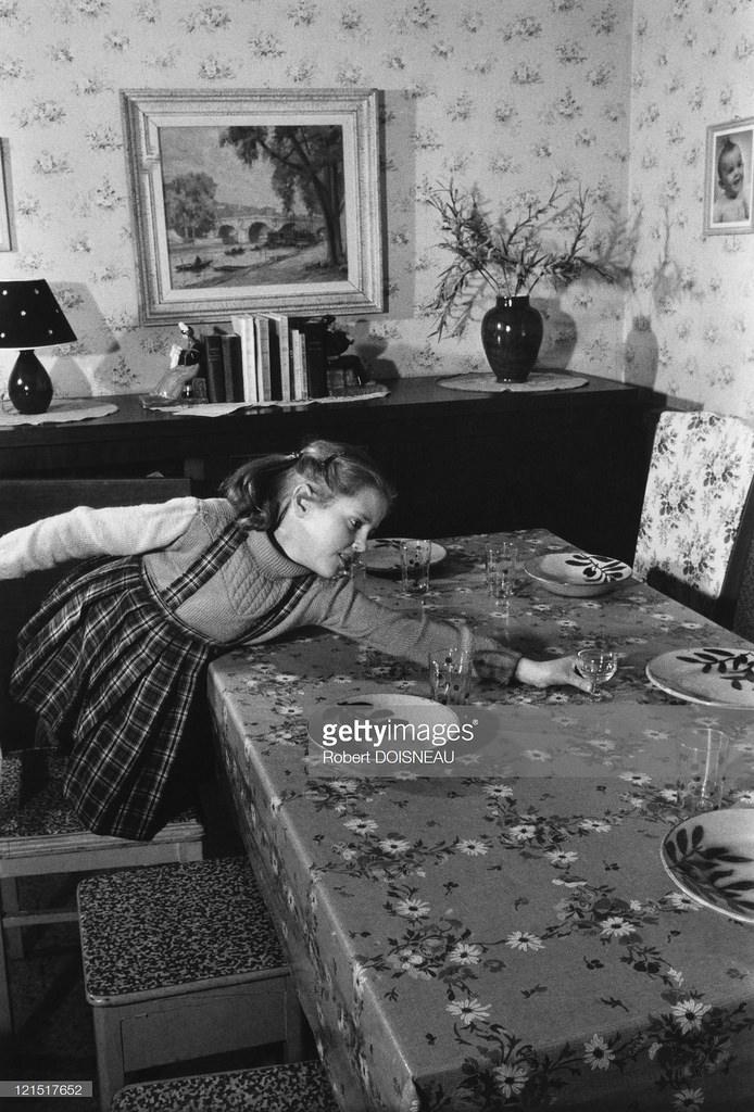 1955. Семейная жизнь. Девочка, накрывающая на стол