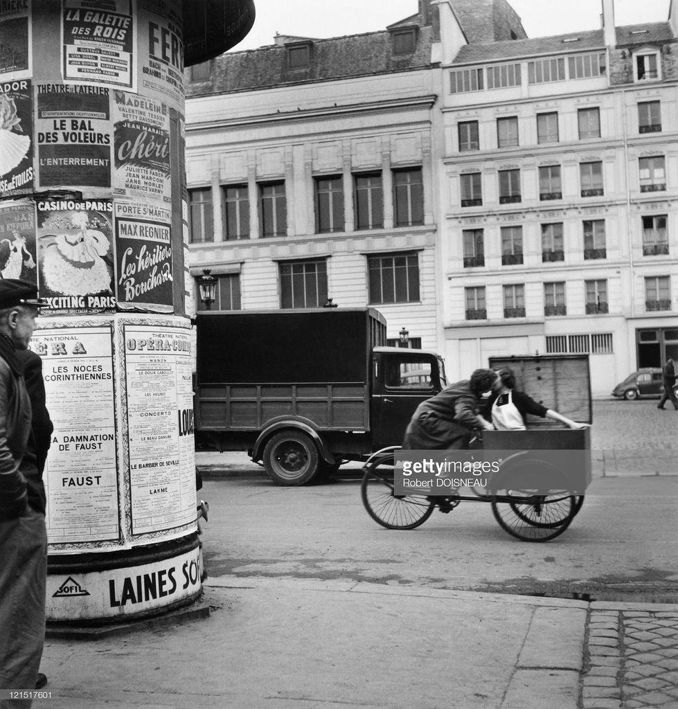 1964. Влюбленные целуются на улице