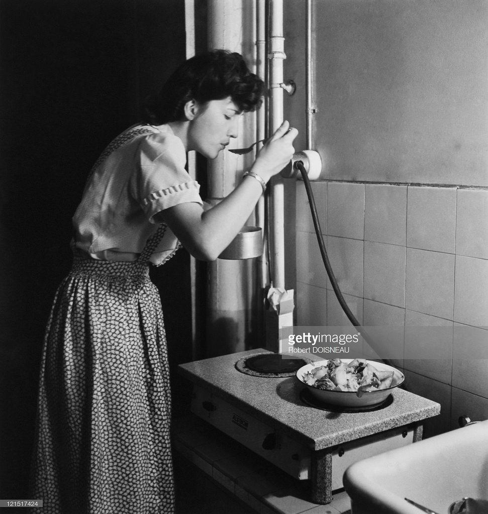 Женщина пробует приготовленное блюдо