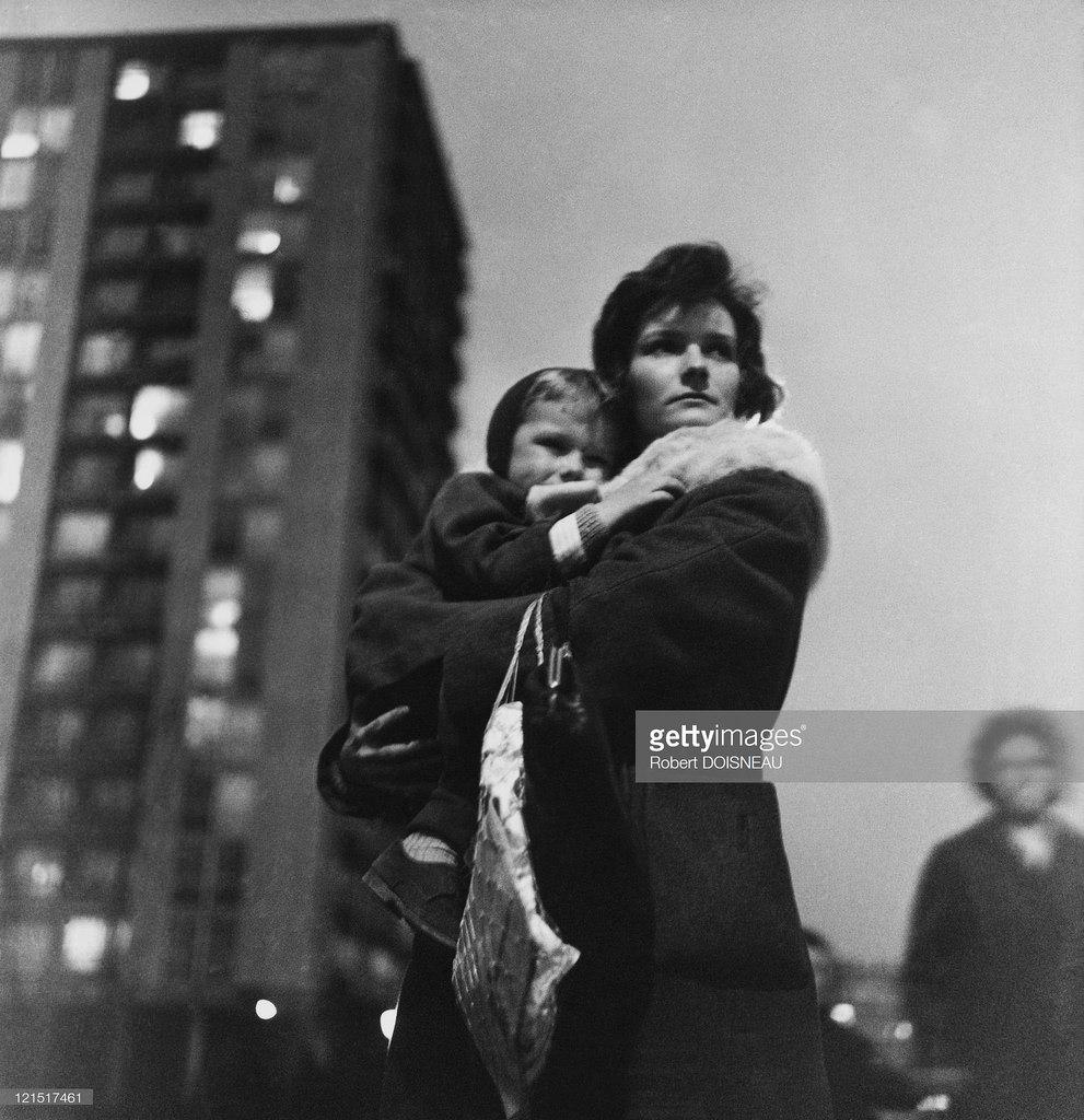 Мать с сыном в центре города