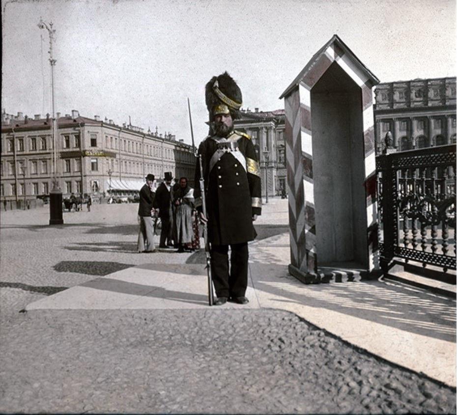 Часовой у памятника Николаю