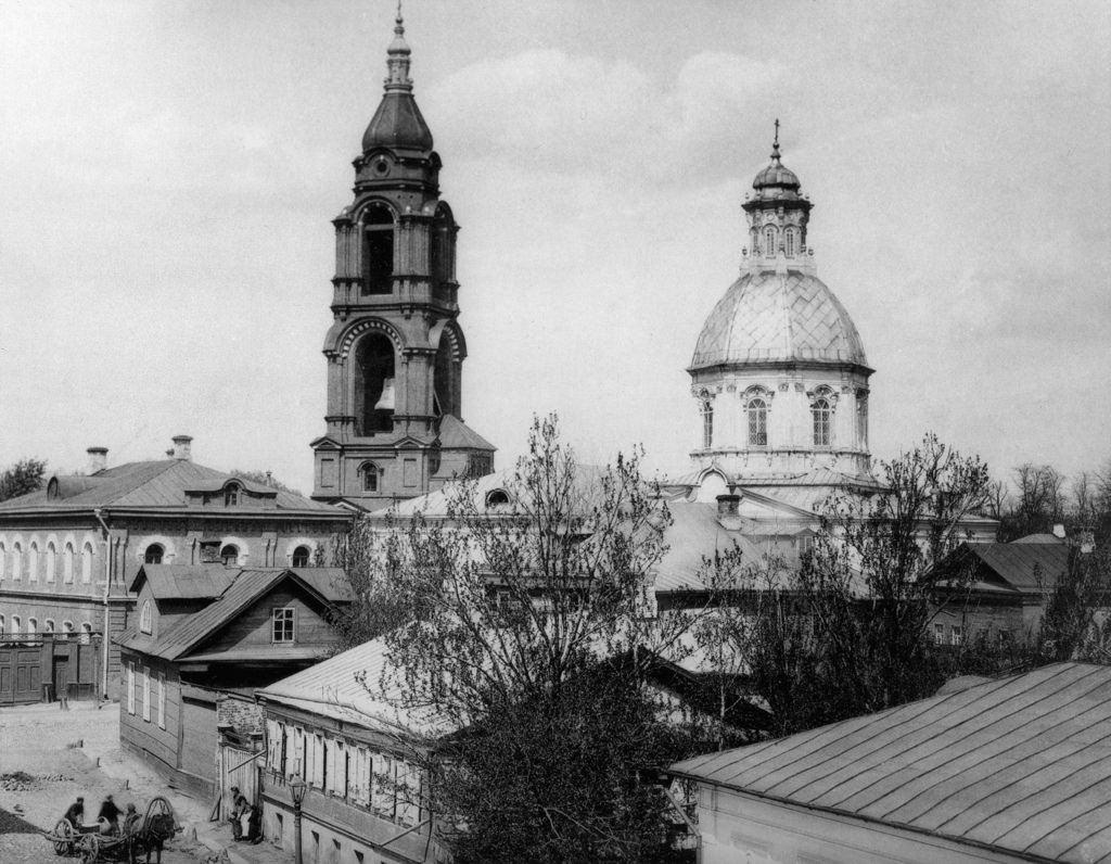Вид со стороны Скорняжного переулка на Большую Спасскую улицу и церковь Спаса Преображения. 1888