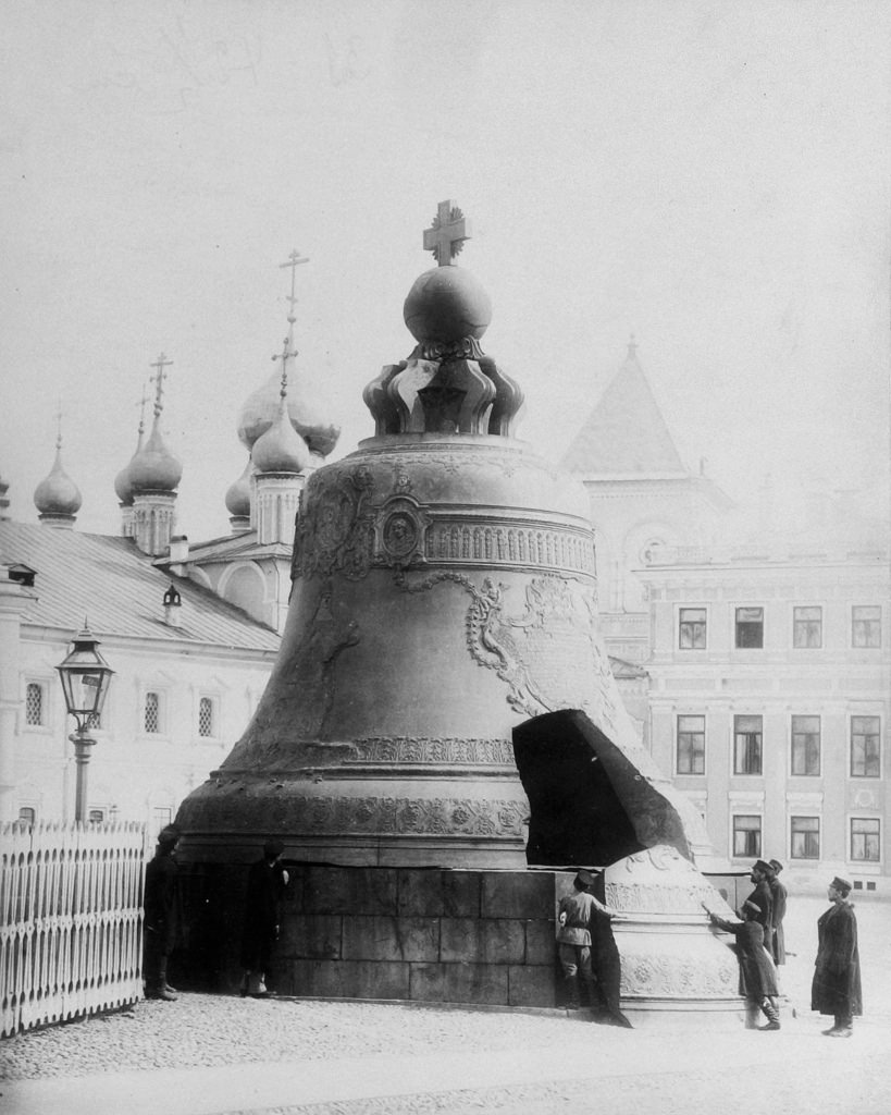 Группа горожан у Царь-колокола на Ивановской площади Кремля. 1896