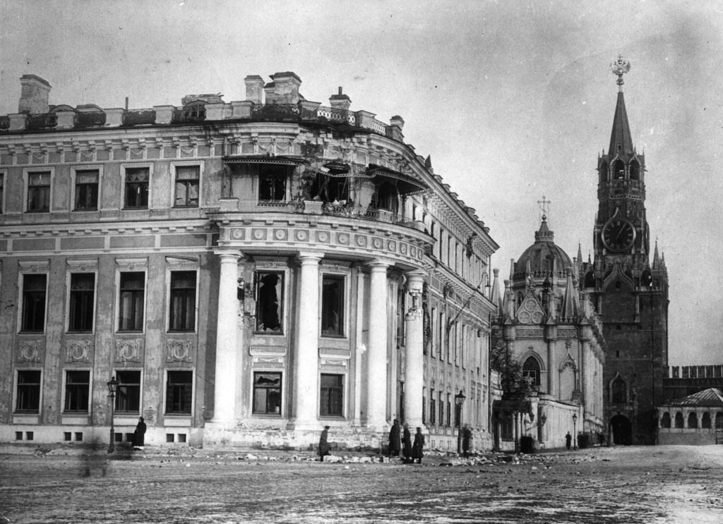 Малый Николаевский дворец в Кремле, повреждённый артиллерийским огнём