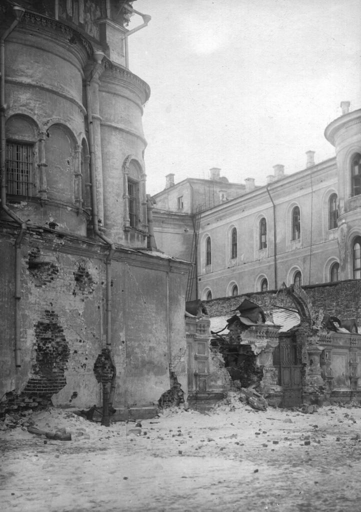 Повреждения стен собора Двенадцати Апостолов после артиллерийского обстрела Кремля.