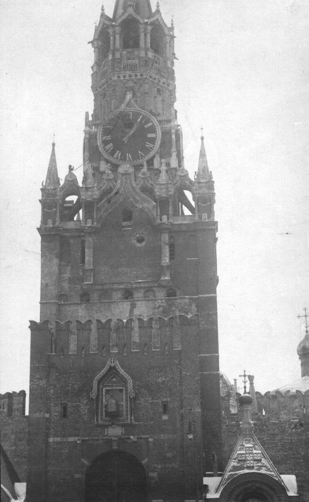 Поврежденная Спасская башня Кремля