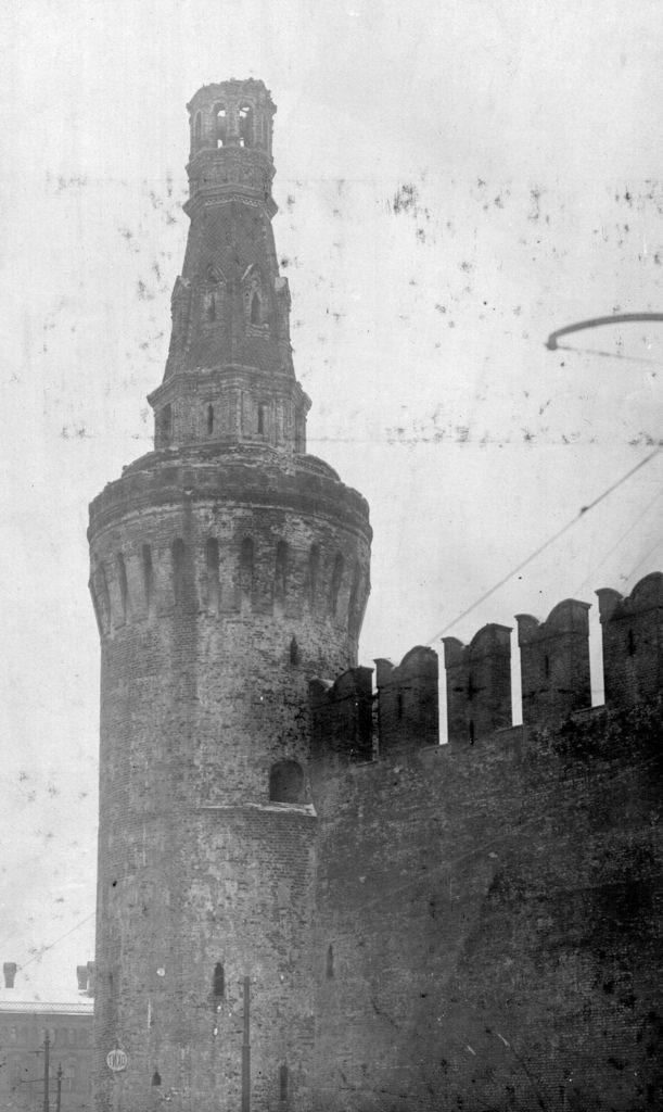 Поврежденная во время обстрела Беклемишевская башня Кремля