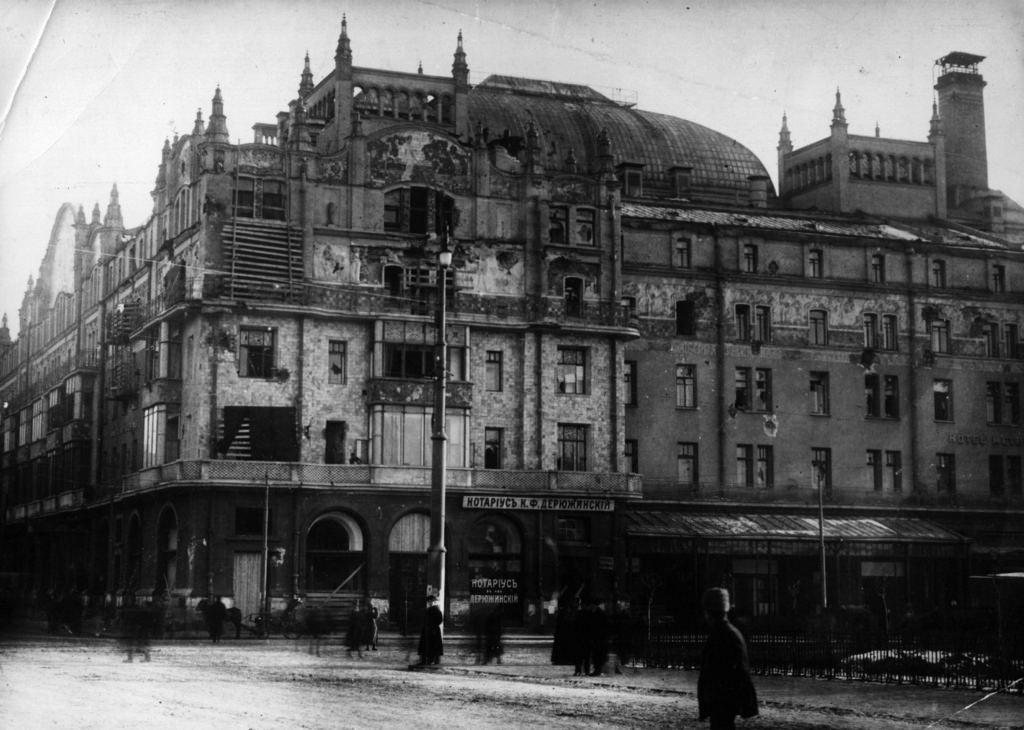 Поврежденный фасад гостиницы «Метрополь»