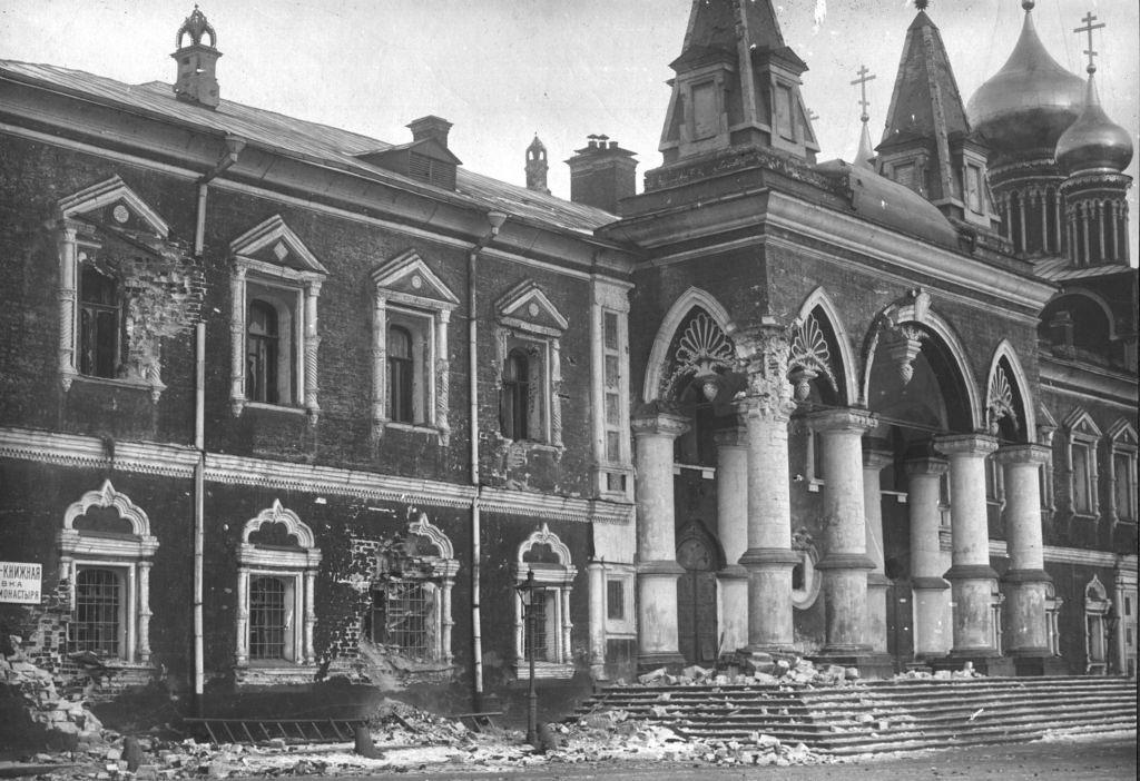 Поврежденный шрапнелью Чудов монастырь