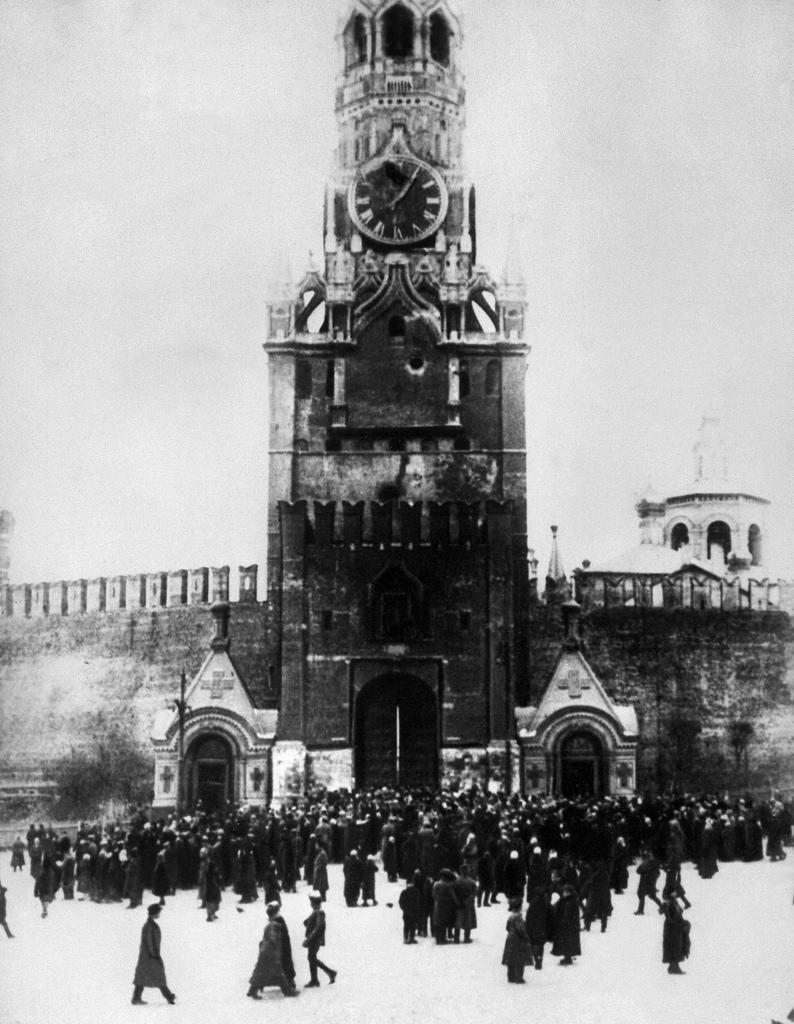Спасская башня после обстрела Кремля