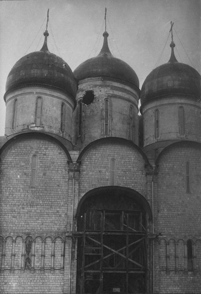 Успенский Собор Кремля после обстрела