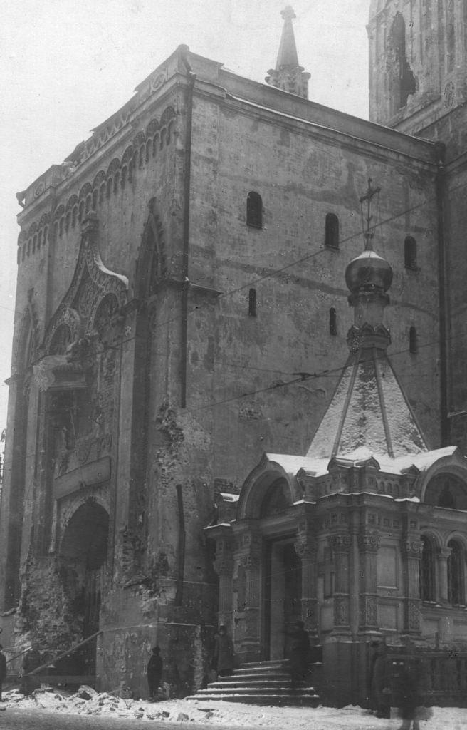 Поврежденные осколками Никольские ворота