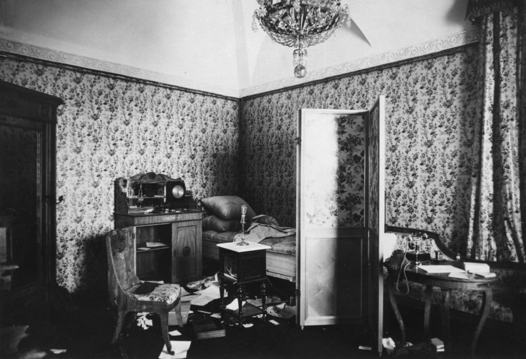 Зимний дворец, официальная резиденция русских монархов, разграблен и поврежден после Октябрьской революции. Санкт-Петербург, Россия, 8 ноября 1917 (1)