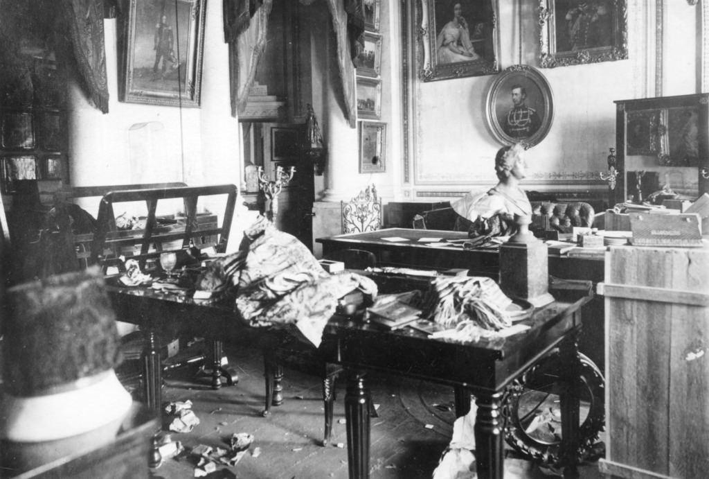 Зимний дворец, официальная резиденция русских монархов, разграблен и поврежден после Октябрьской революции. Санкт-Петербург, Россия, 8 ноября 1917 (4)