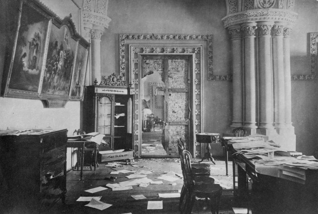 Зимний дворец, официальная резиденция русских монархов, разграблен и поврежден после Октябрьской революции. Санкт-Петербург, Россия, 8 ноября 1917 (5)