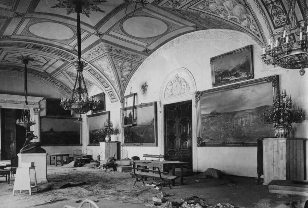Зимний дворец, официальная резиденция русских монархов, разграблен и поврежден после Октябрьской революции. Санкт-Петербург, Россия, 8 ноября 1917 (7)