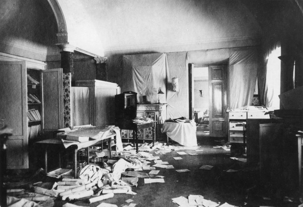 Зимний дворец, официальная резиденция русских монархов, разграблен и поврежден после Октябрьской революции. Санкт-Петербург, Россия, 8 ноября 1917 (8)
