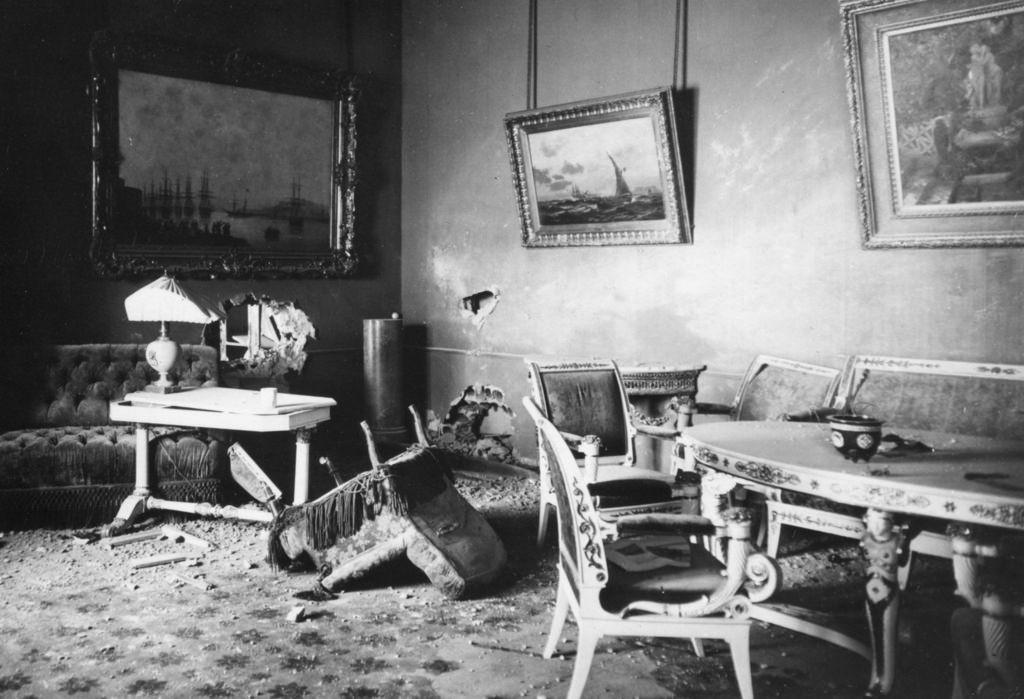 Зимний дворец, официальная резиденция русских монархов, разграблен и поврежден после Октябрьской революции. Санкт-Петербург, Россия, 8 ноября 1917