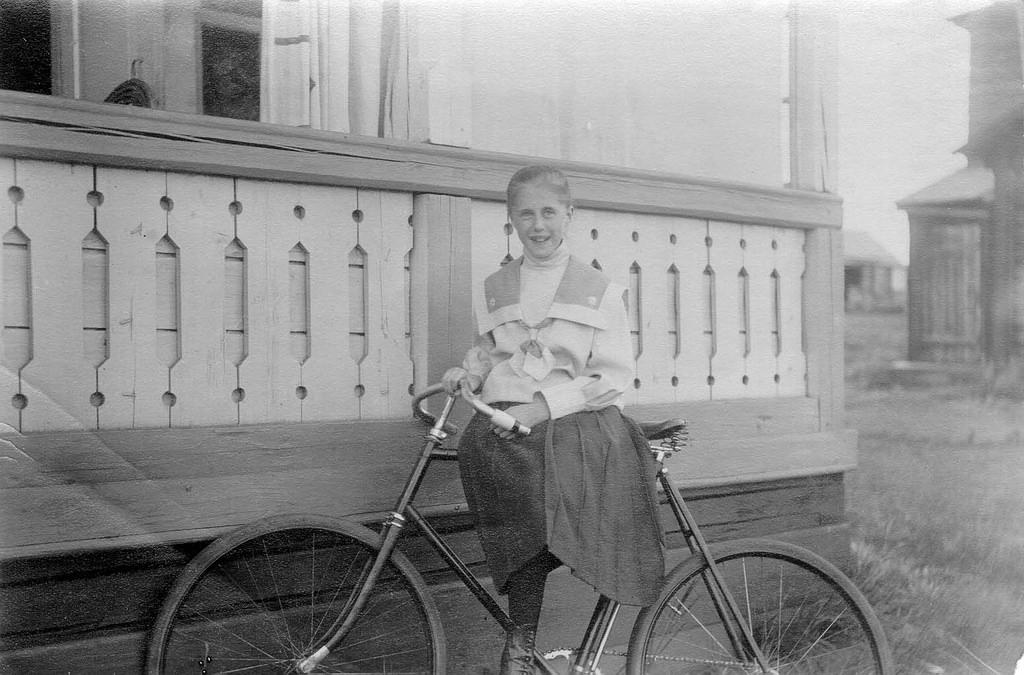 Женя Коновалова, дочь известного Красноярского врача П.Н. Коновалова на озере Шира , 1911