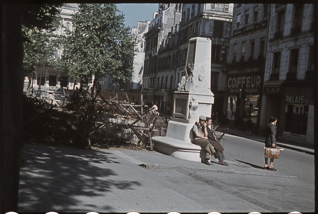 С мая 1944 года ограждения из колючей проволоки на улице де Бонди блокируют Гранд-бульвары в случае изменения военной ситуации