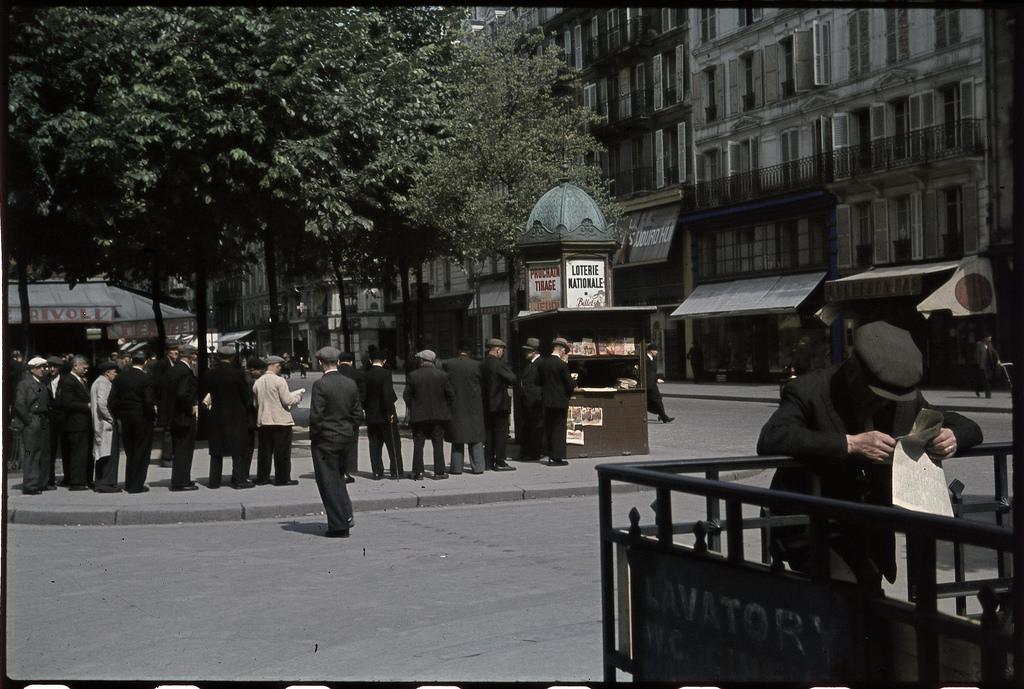 Ожидание вечерних ежедневных газет возле станции метро Сен-Поль после американской высадки в Нормандии