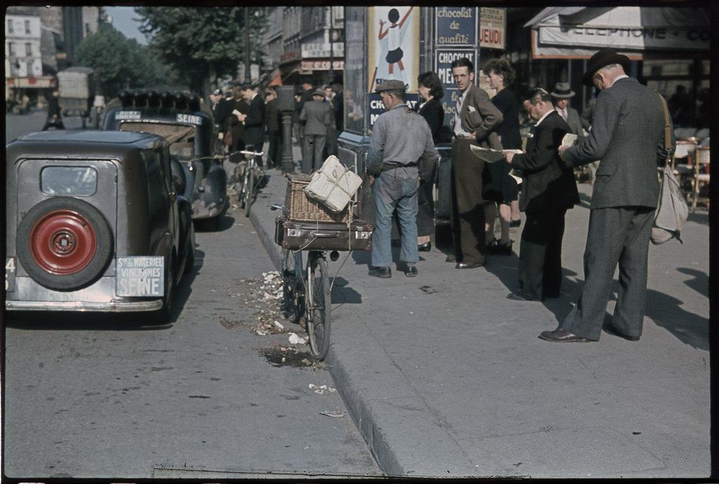 Газетный киоск на бульваре Монмартр, май