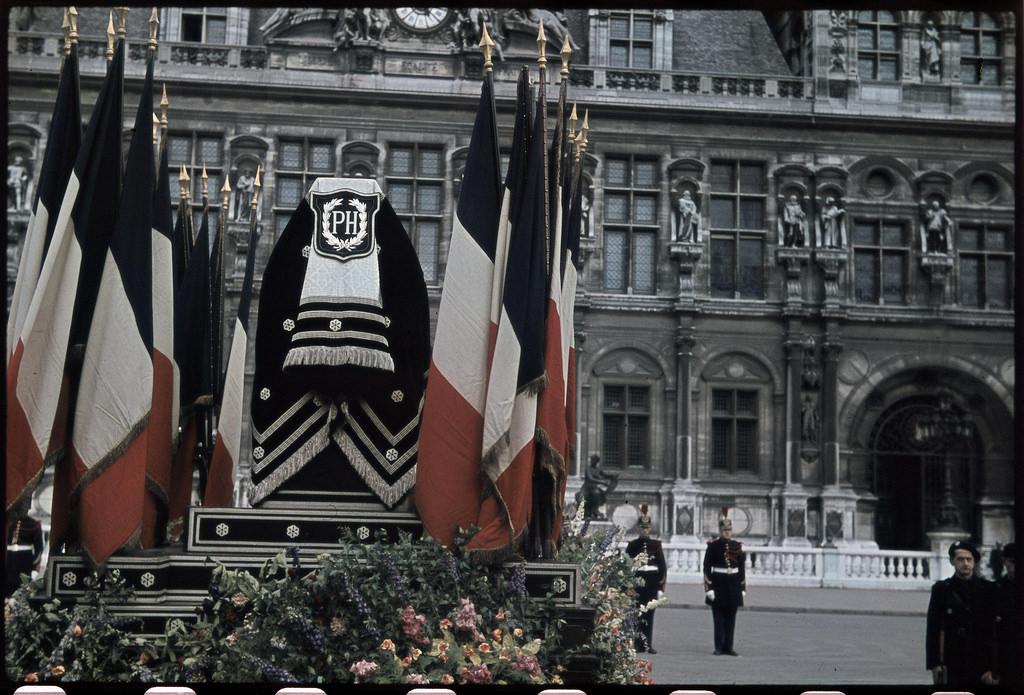 Похороны Филиппа Энрио. Площадь Отель-де-Виль, июнь
