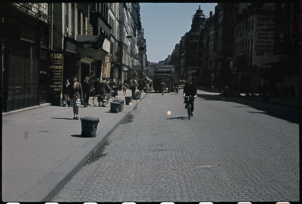 Мусорные корзины на улице Сент-Антуан за несколько дней до освобождения