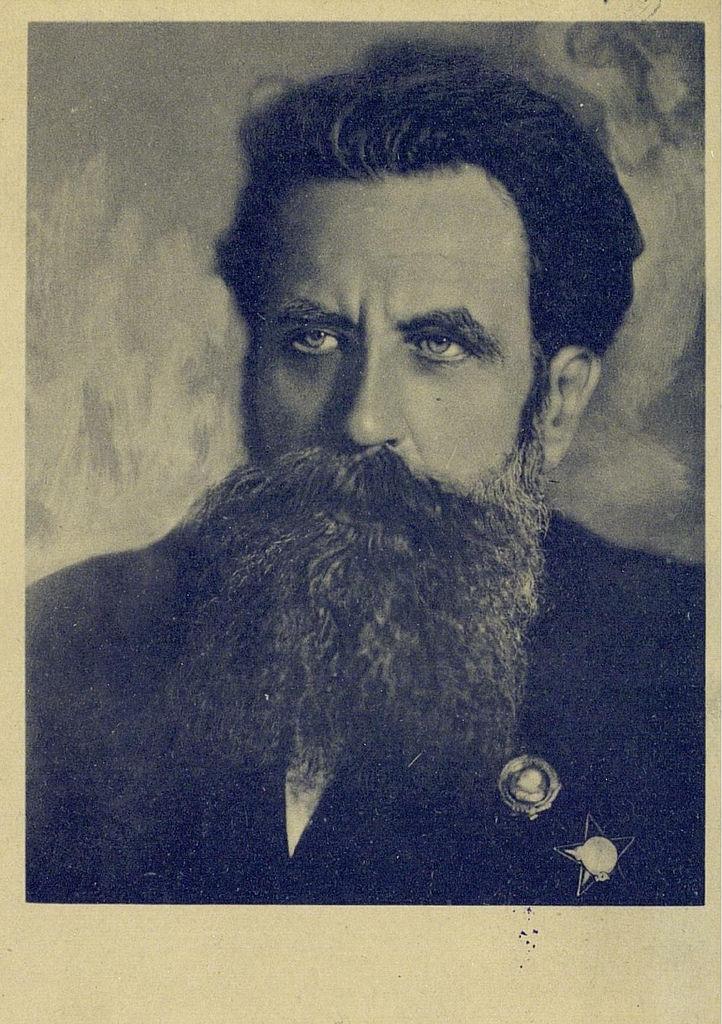 Герой Советского Союза Отто Юльевич Шмидт -  руководил арктическими экспедициями на ледокольных пароходах «Седов», «Сибиряков» и «Челюскин»