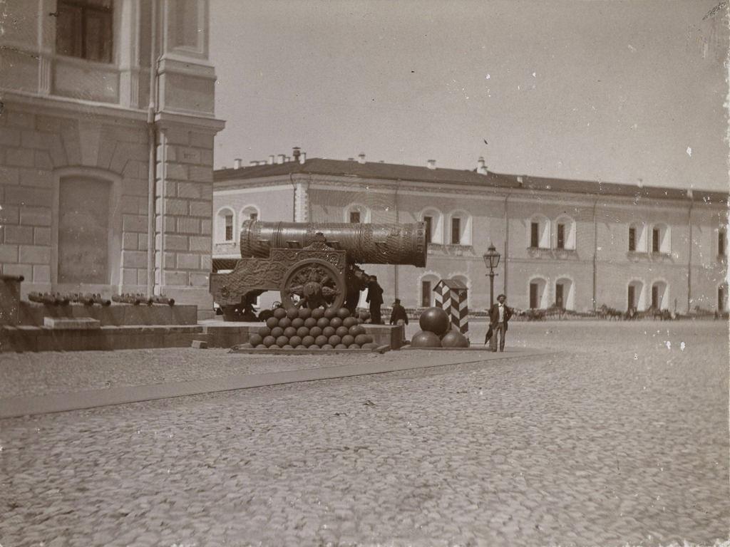 Царь-пушка в Кремле. 1898