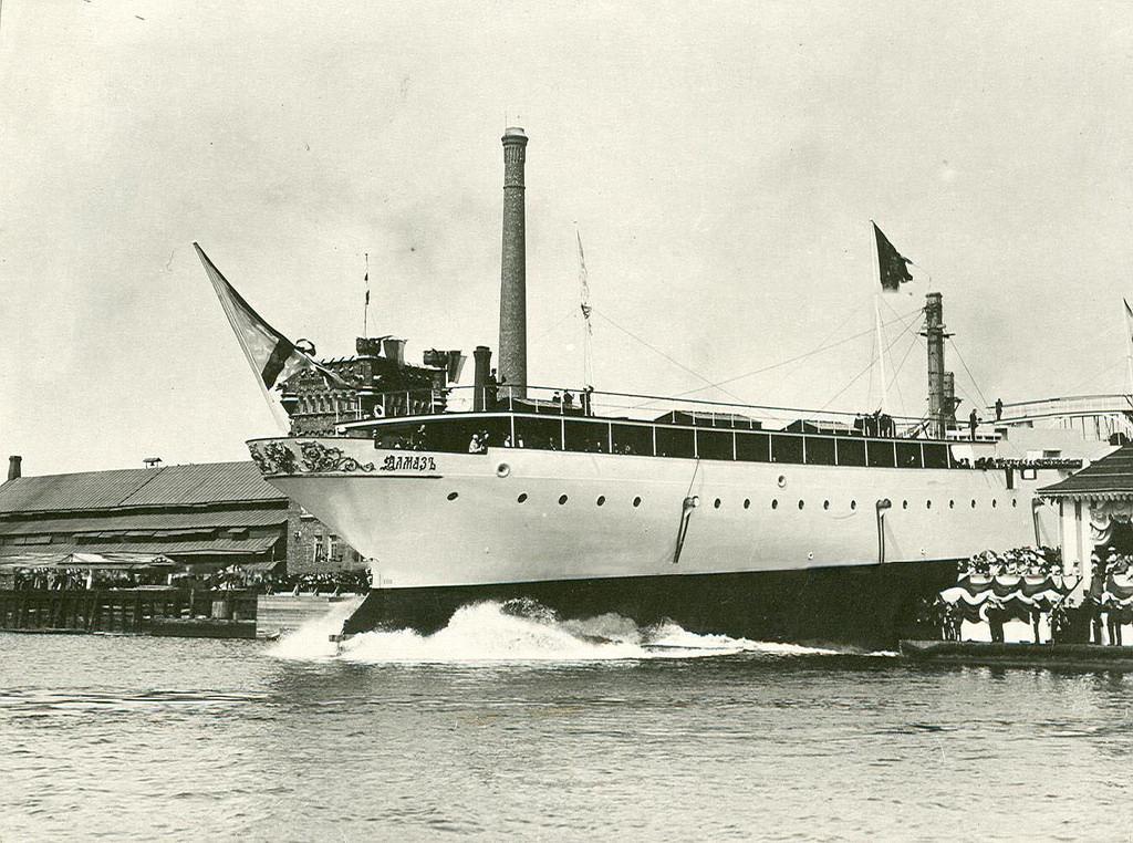 0495Торжественный спуск крейсера 2-го ранга Алмаз с верфи завода в присутствии членов императорской фамилии.