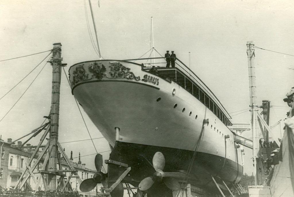 0492Спуск крейсера второго ранга Алмаз на воду.