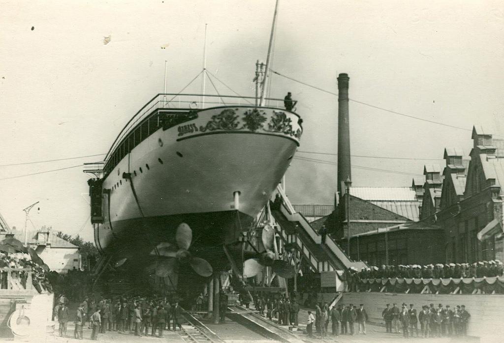 0493Спуск крейсера второго ранга Алмаз на воду.