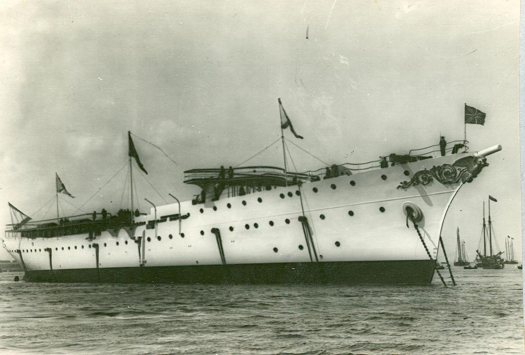 0497Крейсер второго ранга Алмаз , спущенный на воду.