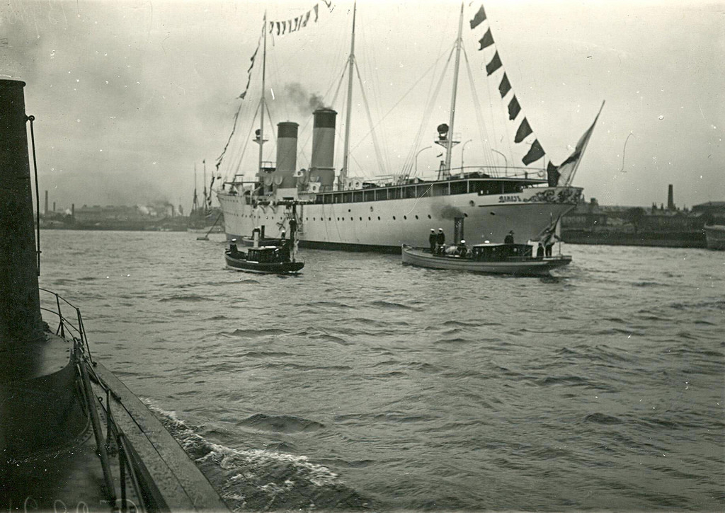 0580Общий вид крейсера 2-го ранга Алмаз , разукрашенного флагами во время спуска на воду у дока завода.