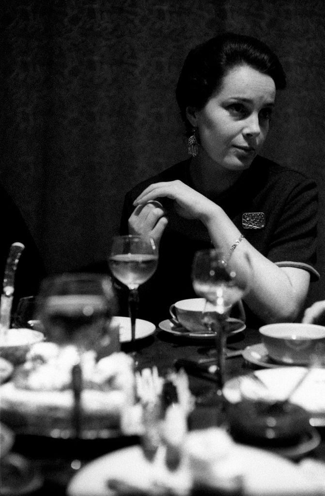 Элина Быстрицкая сидит за столом в своем подмосковном загородном доме