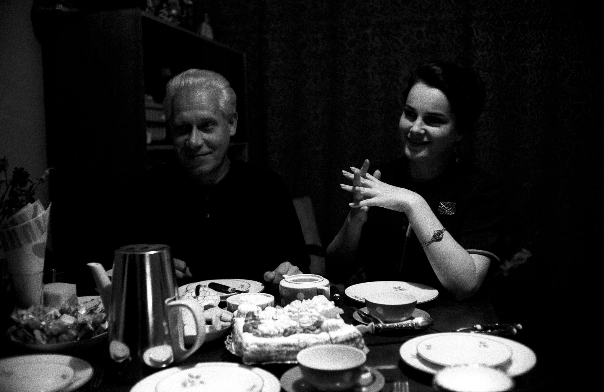 Элина Быстрицкая сидит за столом с мужем Николаем Ивановичем Кузьминским, сотрудником отдела переводов Министерства внешний торговли