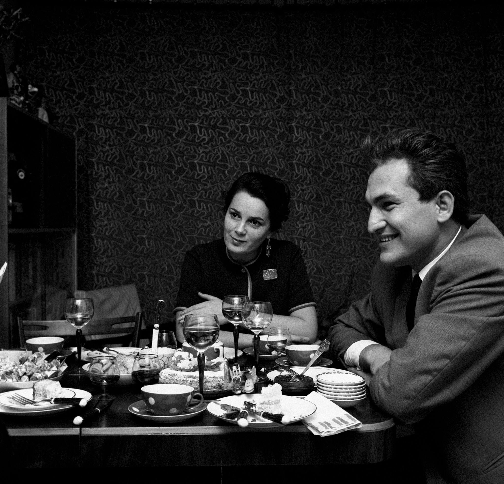 Элина Быстрицкая сидит за столиком вместе с переводчиком, который переводит на английский язык слова актрисы для журналиста итальянского журнала Epoca