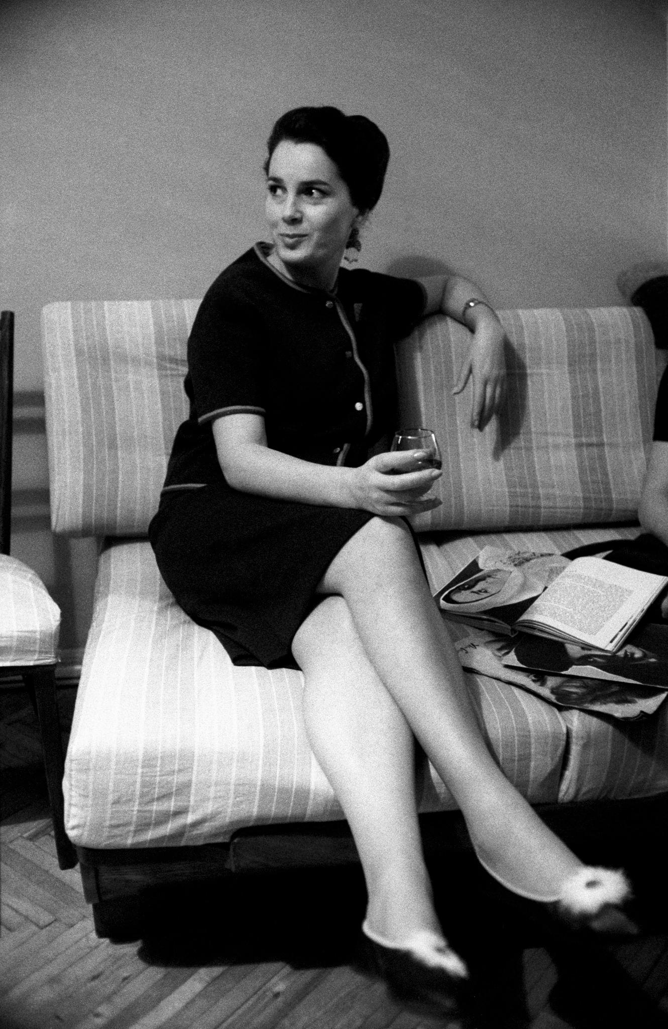 Элина Быстрицкая на диване с бокалом в руке