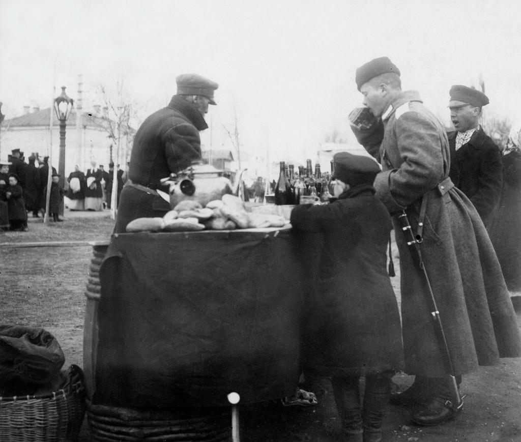 Торговец чаем на уличной ярмарке