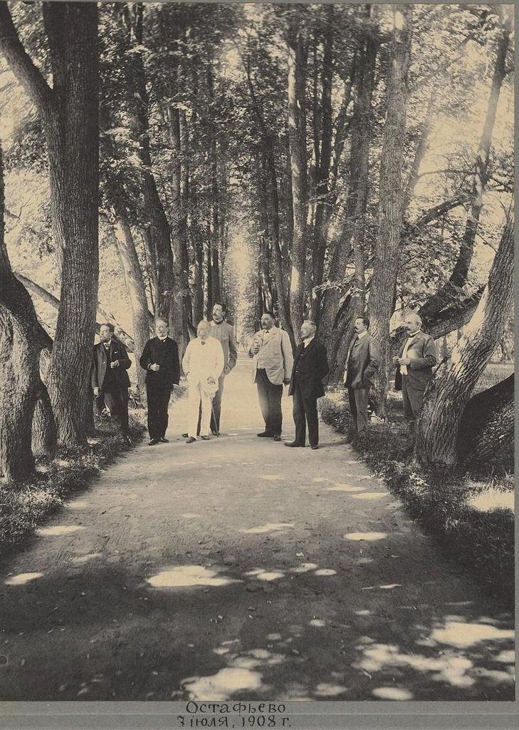 1908. Групповой портрет графа С.Д. Шереметева и гостей Остафьева