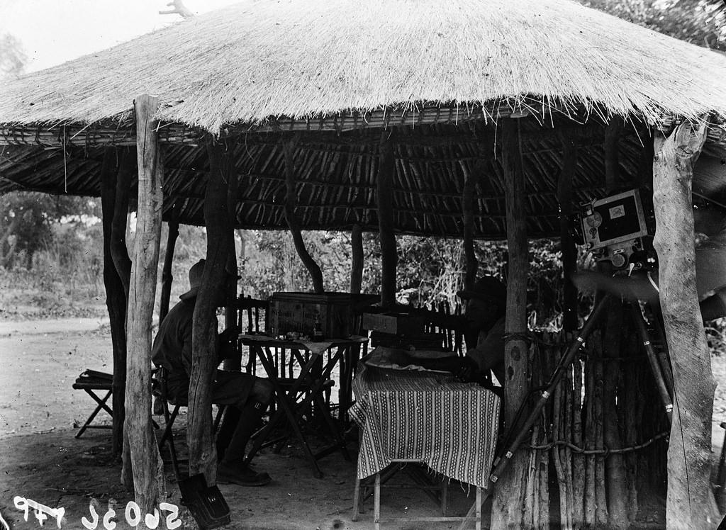 Катаба. Два участника экспедиции в хижине