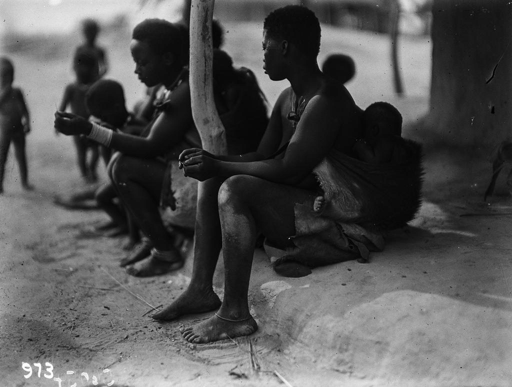 Катаба. Женщины и дети перед хижиной
