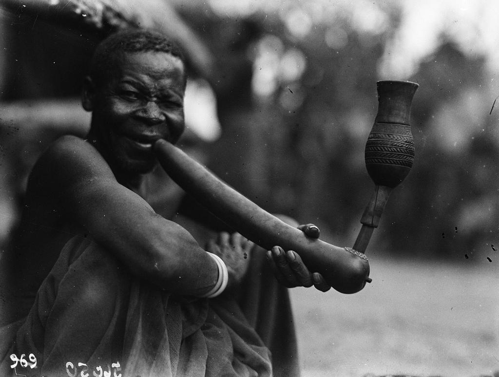 Катаба. Мужчина вауски с браслетами и кальяном
