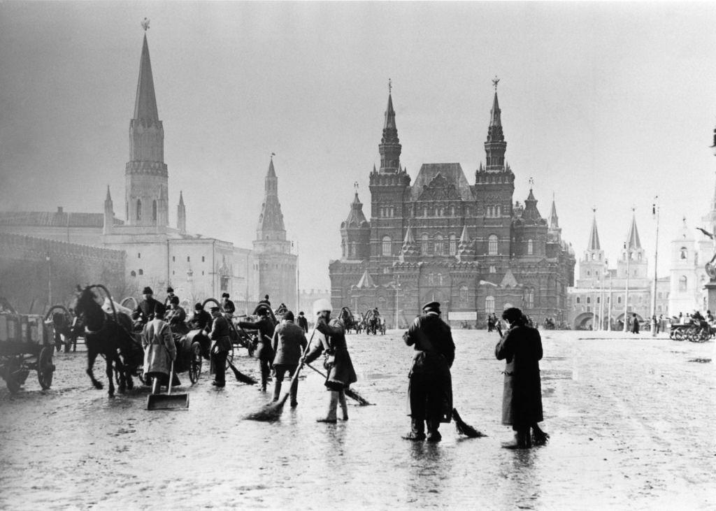 Дворники на Красной площади, около 1900