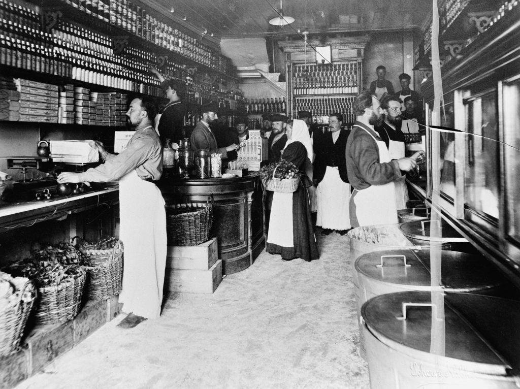 Интерьер продуктового магазина с сотрудниками. 1901