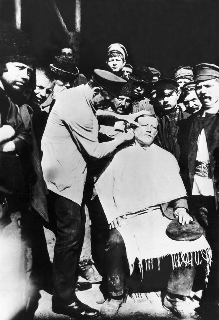 Типичный уличный парикмахер