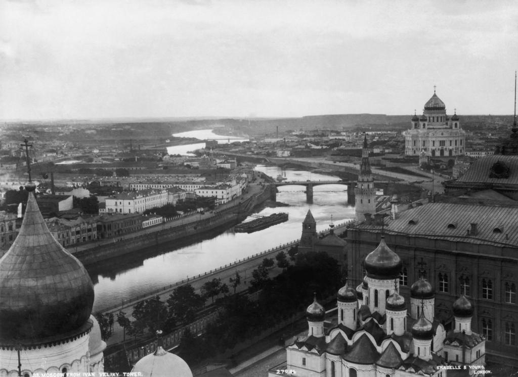 Вид на храм Христа Спасителя с колокольни Ивана Великого