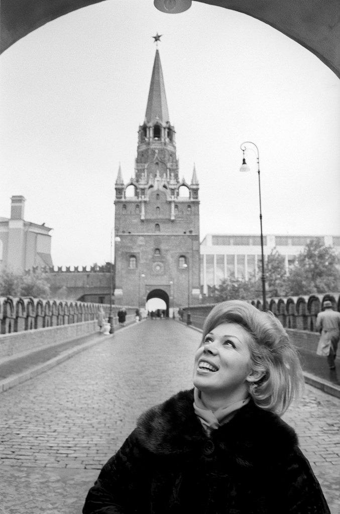 Мирелла Френи на Троицком мосту