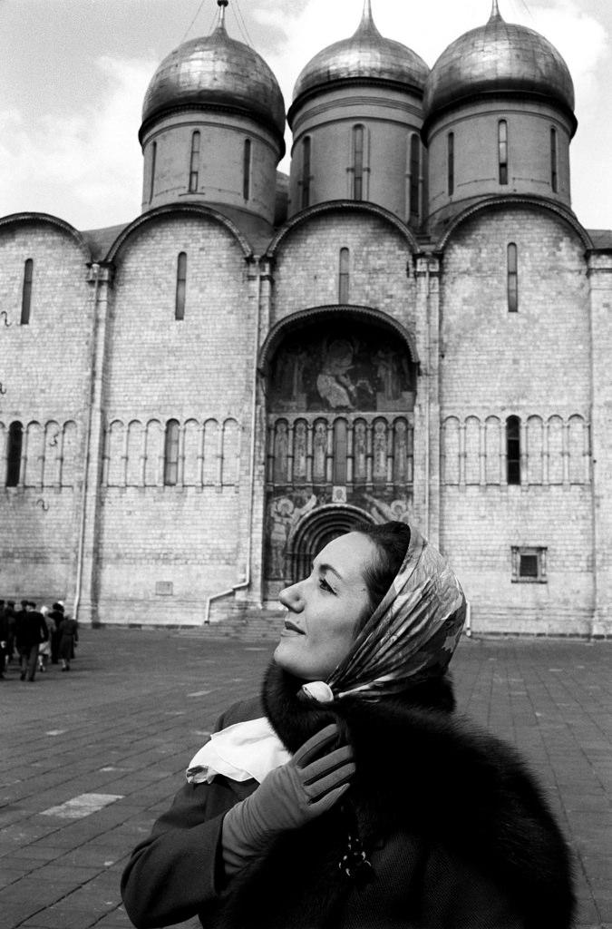 Габриэлла Туччи смотрит вверх перед Успенским собором